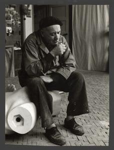 De beeldhouwer Fred Carasso in zijn atelier