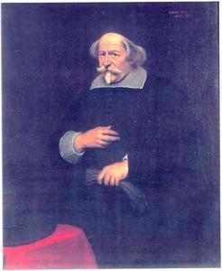 Portret van een 71-jarige man, staande naast een tafel