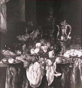 Pronkstilleven met zilver- en glaswerk, fruit en tuitkan op donker dek met wit servet