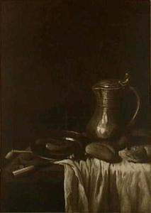Stilleven met tinnen bord en kan, worstjes, brood en mes op wit tafelkleed