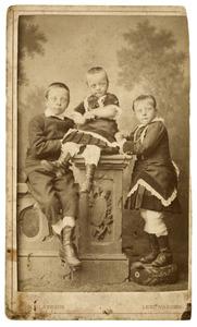 Portret van drie kinderen uit familieTjepkema