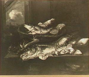 Visstilleven met kabeljauw, krab, kreeft en moten zalm met daarbij een weegschaal en houten ton; links achter een doorkijkje met vissersscène