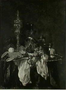 Stilleven met kreeft, akeleibeker, glas- en zilverwerk, fruit en een uurwerk op een donker kleed met wit servet