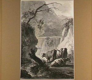 Herders met koeien bij en waterval