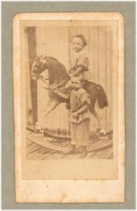 Jeugdportret van Floris Verster op een hobbelpaard met zijn broertje Kees