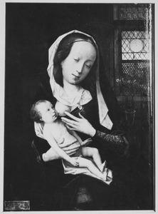Maria met kind in een interieur met een glas-in-loodraam