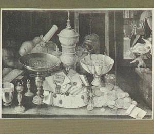 Stilleven van pronkvaatwerk, munten en brieven met rechts een doorkijk met een uitbeelding van de dood van de rijke man (Lucas 16)