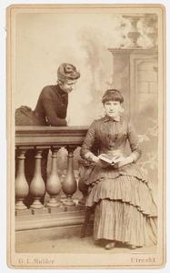 Portret van Sophie Marie Henriette van Ittersum (1867-1932) en Sophie Charlotte Ameshoff (1867-1954)
