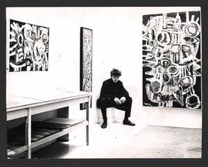 De schilder Jan Cremer tijdens een tentoonstelling van zijn werk in Galerie de Posthoorn, Den Haag