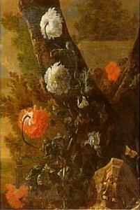 Een ruïneus kapiteel liggend onder een boom, overwoekerd door klaprozen, irissen en Oost-Indische kers