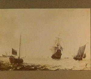 Statenjacht en andere schepen op kabbelend water