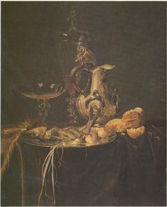 Stilleven met sierglas- en vaatwerk, brood, vis en uien op een tafel met donker kleed