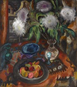 Stilleven met chrysanten in vaas en fruitschaal bij venster