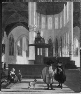 Het koor en de kooromgang van de Oude kerk in Amsterdam met kerkbezoekers