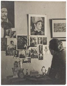 Herbert Fiedler in zijn atelier, M.J. Kosterstraat 11, Amsterdam ca. 1955.