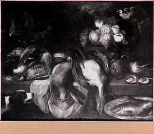 Stilleven van wild, vis en een mand met vruchten; rechtsboven en papegaai en linksonder een hond