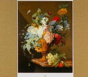 Gebeeldhouwde tuinvaas met boeket op een marmeren tafel met druiven