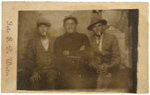 Groepsportret van drie mannen met sigaret