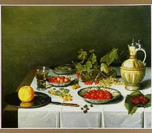 Stilleven met bessen, bramen en ander fruit in porseleinen schaaltjes, glazen en schenkkan op wit servet