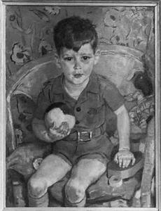 Portret van een jongen met speelgoedbal