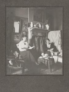 Atelier van Ans van den Berg (1873-1942)  met Ans van den Berg en mej. Joanna 'Hans' Funke