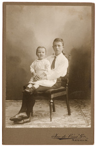 Familieportret van Piet Irwin & Nathaniel William Norman Irwin Brown (1890-)