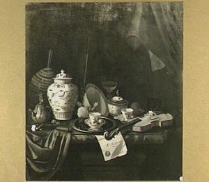 Stilleven op een marmeren tafel met chinees porselein, glaswerk, een viool en een dokument met lakzegel