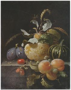 Stilleven van pruimen, abrikozen, een kweepeer en andere vruchten op een stenen blad