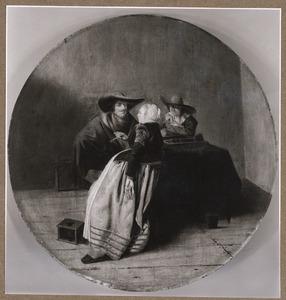 Twee mannen en een vrouw roken en spelen triktrak