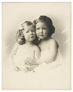 Dubbelportret van Theodora Philippina Royaards (1911- ) en Benudina Maria Royaards (1912-1978)