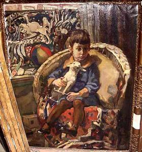 Jongen met speelgoed zittend in een rotan stoel