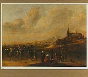 Strandgezicht bij Scheveningen met een grote vloot voor de kust, mogelijk het vertrek van Karel II naar Engeland op 2 juni 1660
