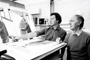 Roger Raveel kijkt met iemand naar zijn werk