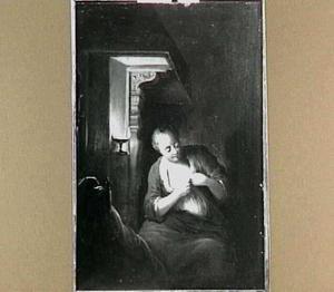 Een dienstbode leest een brief bij kaarslicht