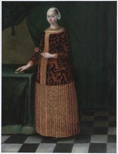 Portret van een vrouw die een roos in haar rechter hand houdt, ten voeten uit, in een rode jurk van brokaat