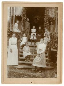 Portret van Lambertus Cornelis van Engelenburg (1849-1919) en Elisabeth Jacoba Schippers (1846-1923) en hun kinderen