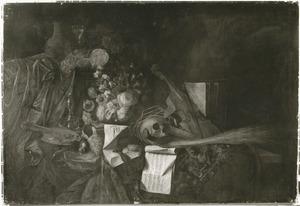 Vanitasstilleven met schedel, bloemen, muziekinstrumenten, horloge en portretje van de schilder