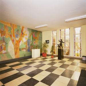 Hal met 20ste-eeuwse muurschildering