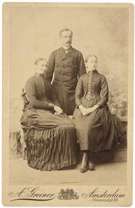 Portret van Marinus de Leur (1845-1890), Grietje Vromans (1846-) en Juliana Maria de Leur (1875-)
