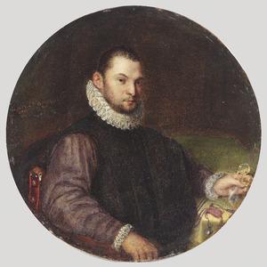 Portret van een jonge man in een rode stoel gezeten