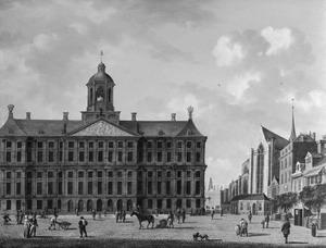Gezicht op de voorgevel van het Paleis op de Dam en het zuidelijk transept van de Nieuwe Kerk