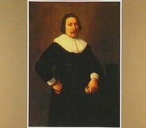 Portret van een 50-jarige man met een handschoen in zijn linkerhand