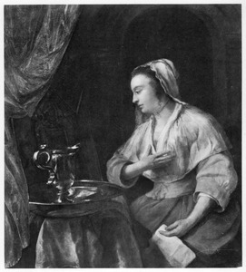 Vrouw bij haar toilettafel met een brief in de hand