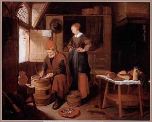 Een oude man maakt vis schoon in een interieur, een jonge vrouw kijkt toe