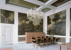 Kamer met geschilderde behangsels, bovendeurstuk en beschilderd plafond
