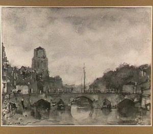 Stadsgezicht met kerktoren en stenen brug