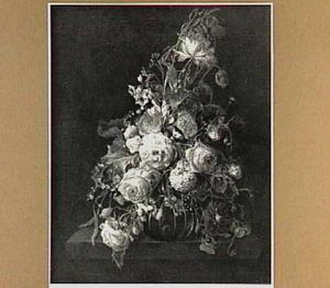 Bloemen in een glazen vaas op een stenen tafelblad