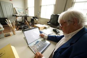 Marinus Boezem werkend in zijn atelier