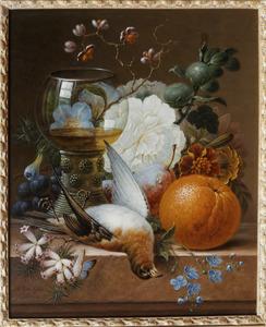 Stilleven met dood gevogelte, wijnglas, vruchten en bloemen