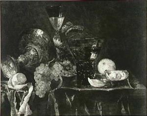 Stilleven met druiven, citroen, oesters, wijnglazen en omgevallen tazza op een donker kleed